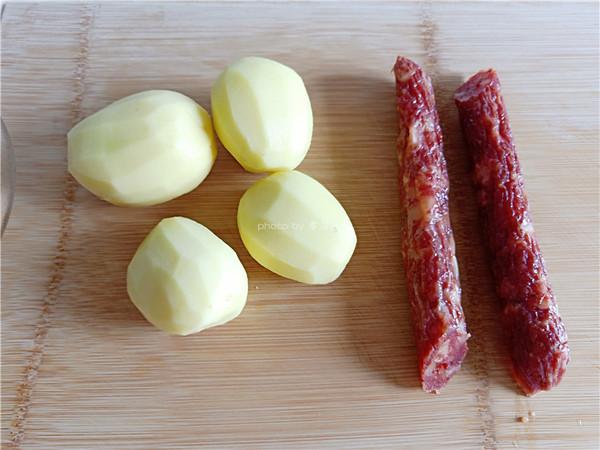 土豆蒸腊肠的步骤
