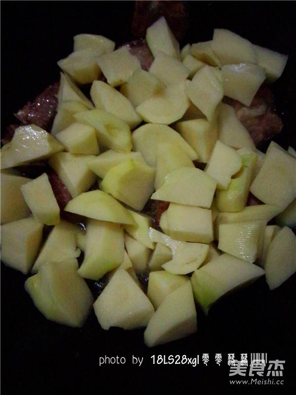 土豆烧排骨的做法_土豆烧排骨怎么做_杰米613