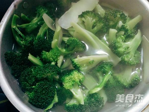 油豆腐烧西兰花的家常做法