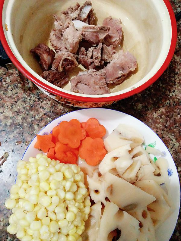 排骨胡萝卜藕汤的家常做法