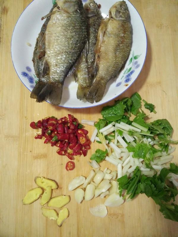 午餐---芹菜鲫鱼的做法图解