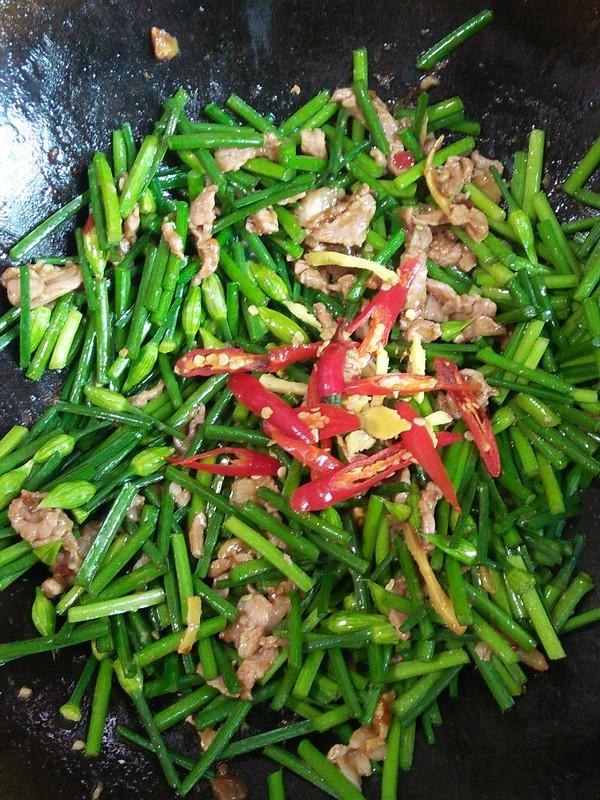 韭菜花红椒炒肉丝的简单做法