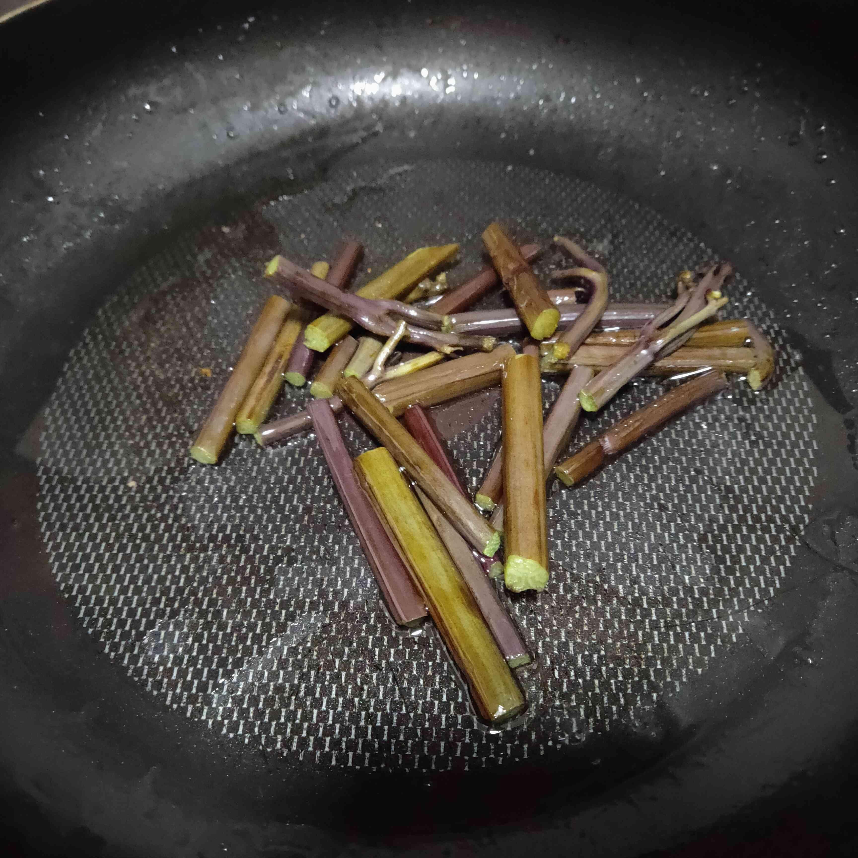 蕨菜炒五花肉的步骤