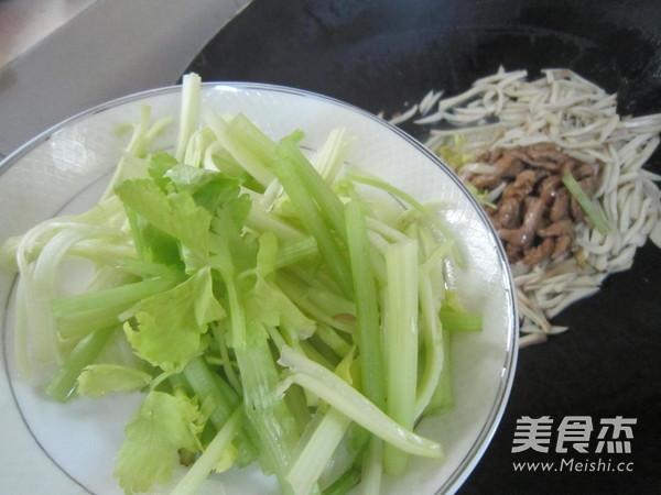 杏鲍菇炒肉丝的步骤