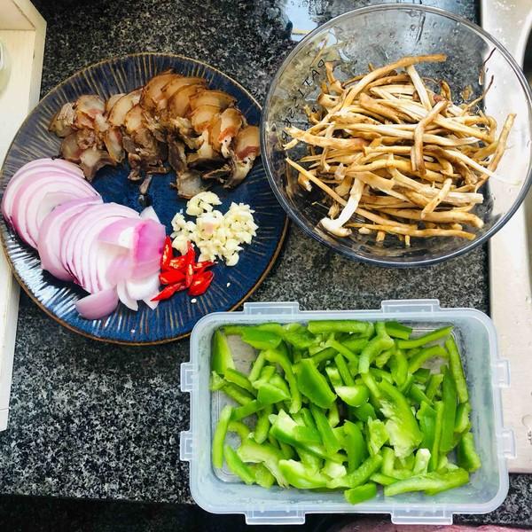 腊肉茶树菇的家常做法