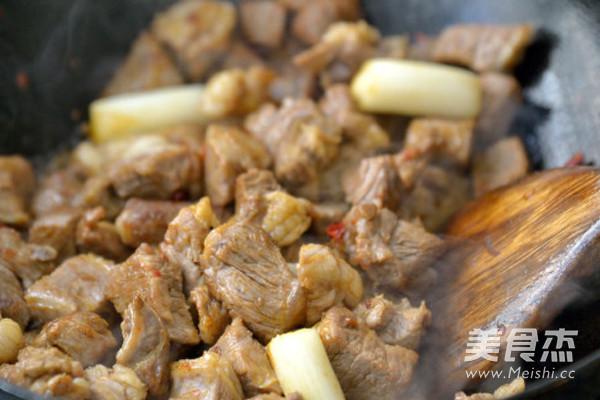红烧牛肉煲怎么炒