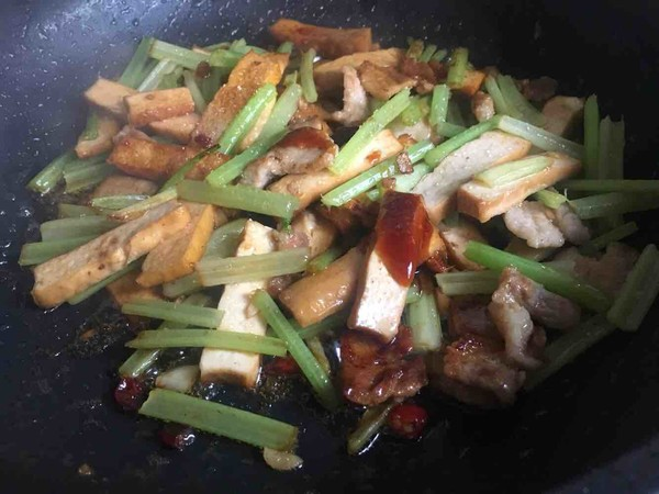芹菜香干炒肉怎么做