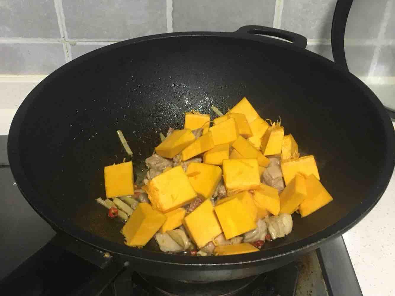 南瓜鸭腿焖饭的简单做法