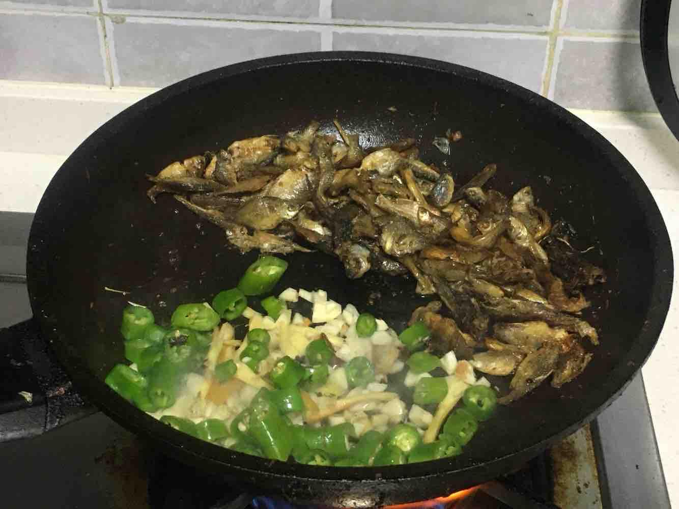 紫苏炒小鱼干的简单做法