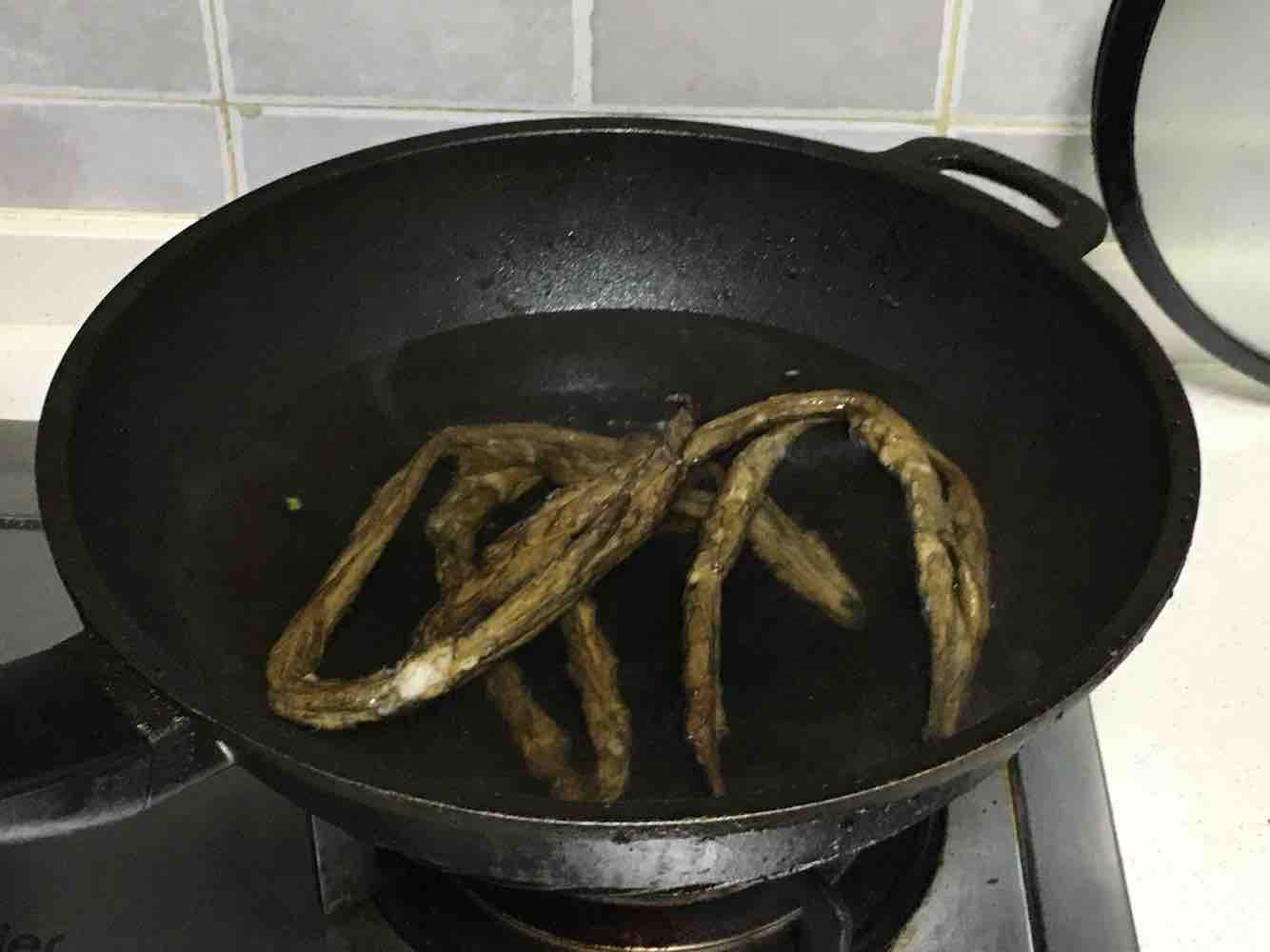蒜苔炒腊肥肠的做法图解