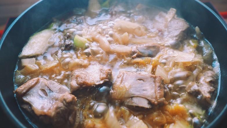 热乎乎的排骨炖酸菜的简单做法