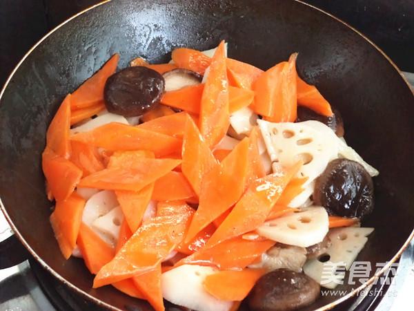 胡萝卜莲藕炒香菇怎么炒