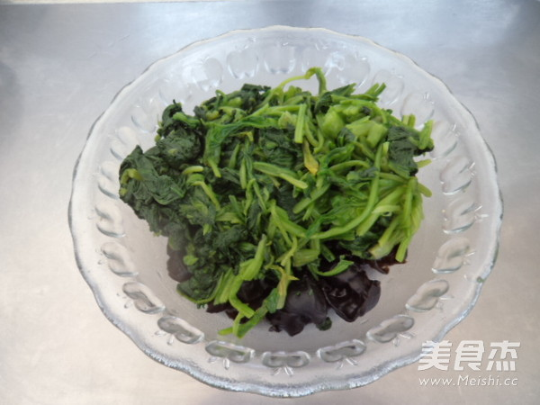 菠菜拌黑木耳怎么做