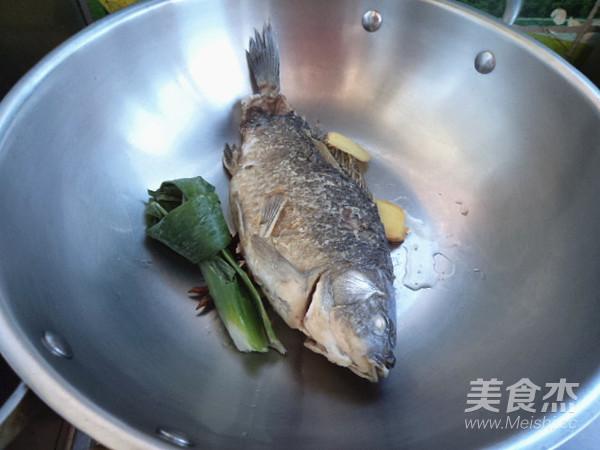 酸菜鲫鱼怎么吃