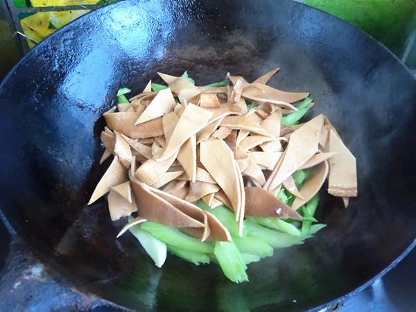 豆皮炒芹菜怎么做
