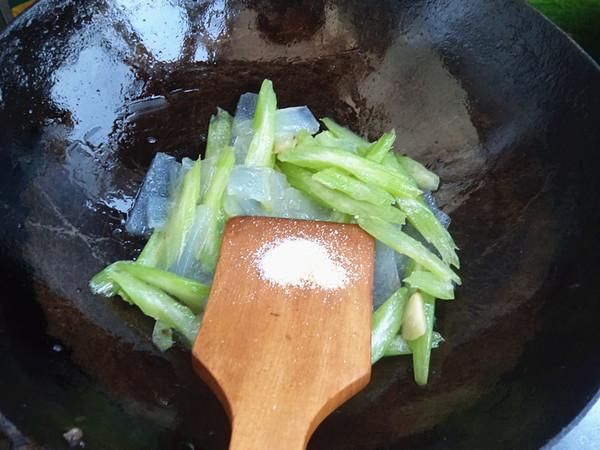 芹菜炒焖子怎么做