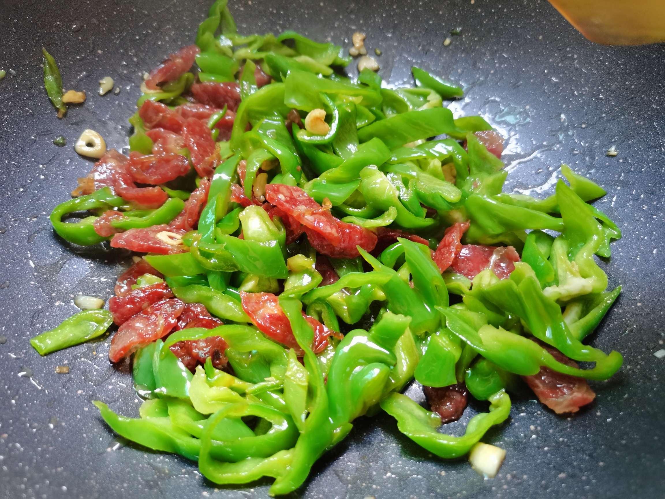 青泡椒炒腊肠怎么煮