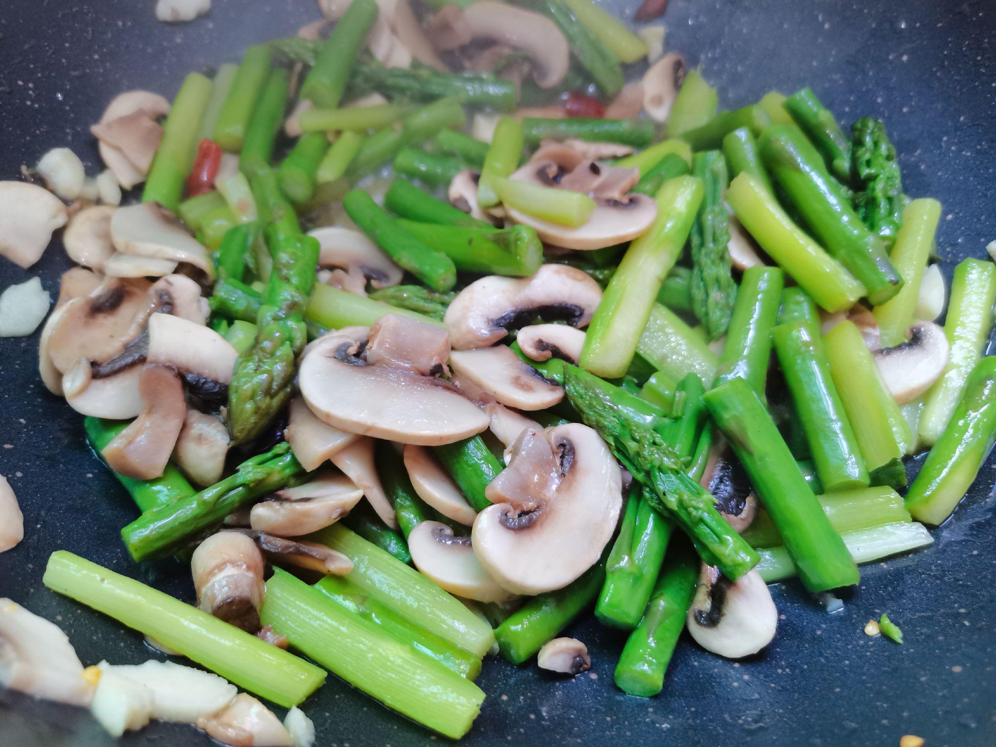 绿芦笋炒口蘑的制作方法
