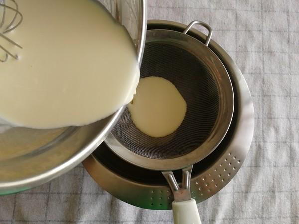 香浓丝滑淡奶油版原味蛋挞,一口咬下,挞芯软嫩,挞皮掉渣!怎么吃
