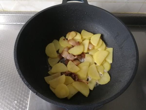快手小炒,酱香青椒土豆片炒五花的简单做法