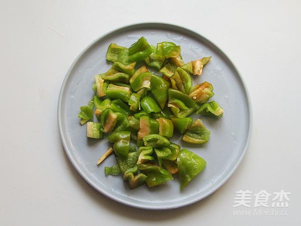 青椒炒回锅猪鼻肉的步骤