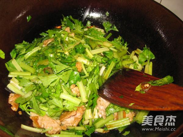 水芹菜炒肉的家常做法