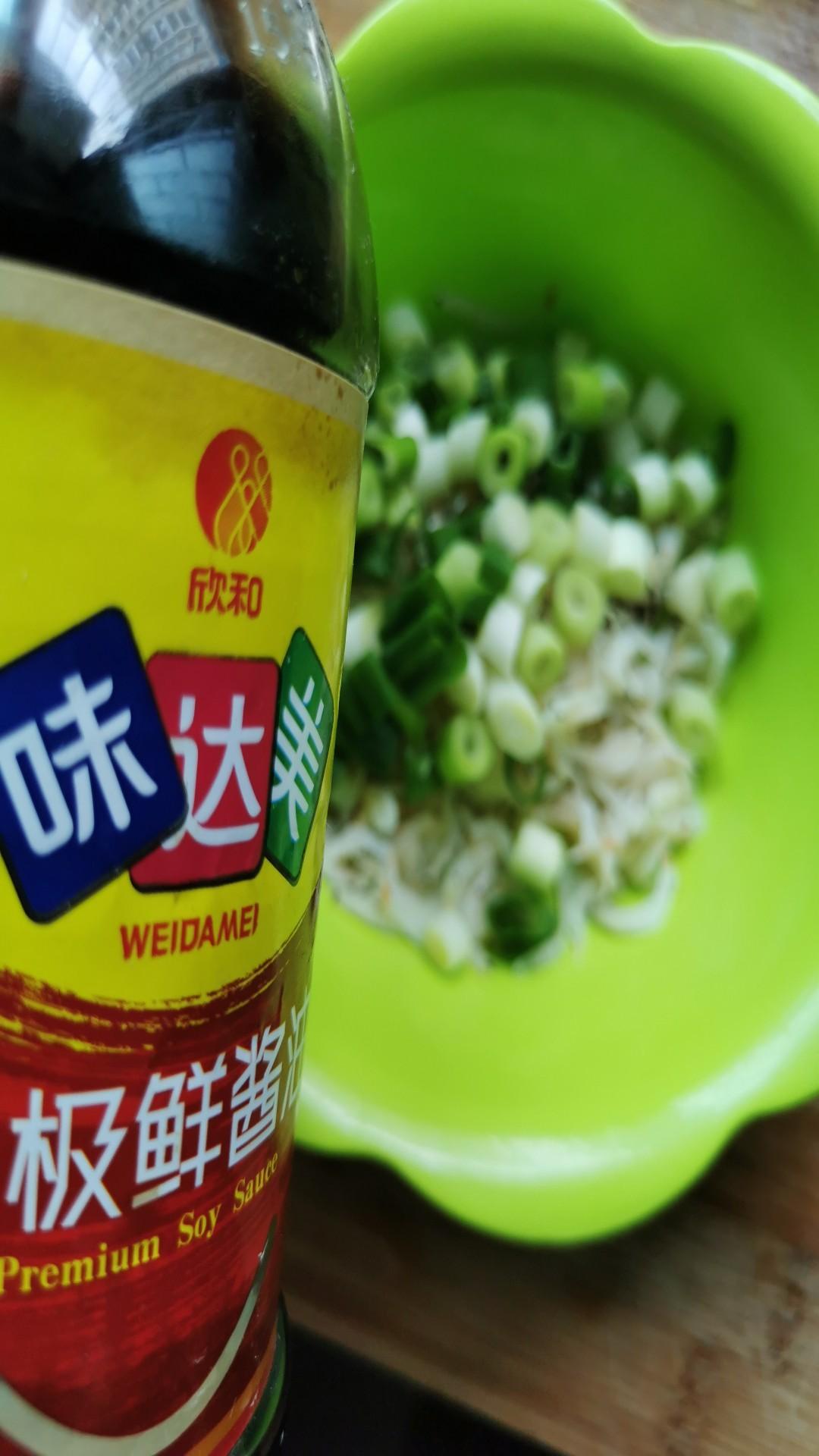 小葱拌虾皮的简单做法