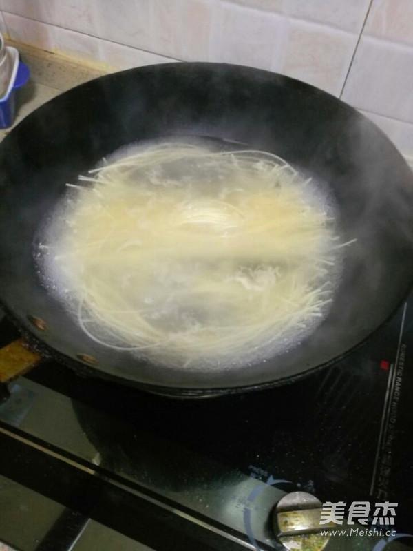 四季豆肉末西红柿鸡蛋面条怎样做