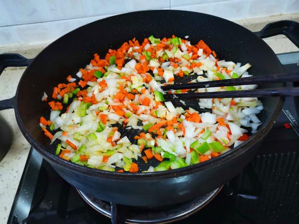 胡萝卜洋葱牛肉辣酱炒饭的简单做法