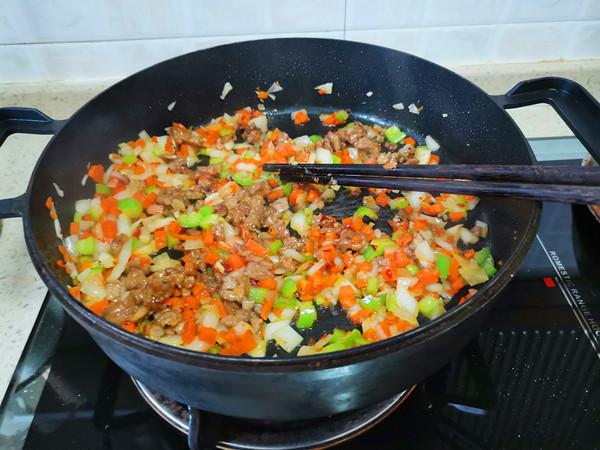 胡萝卜洋葱牛肉辣酱炒饭怎么做