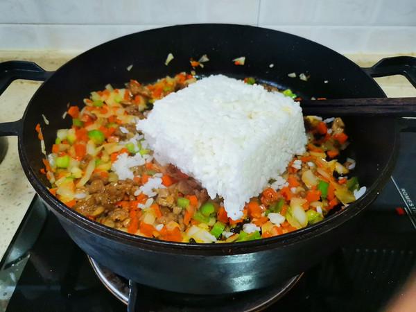 胡萝卜洋葱牛肉辣酱炒饭怎么炒