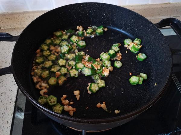 秋葵鸡蛋拌面的步骤
