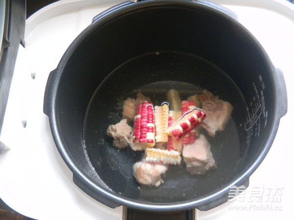 鲜虫草玉米煲排骨的家常做法