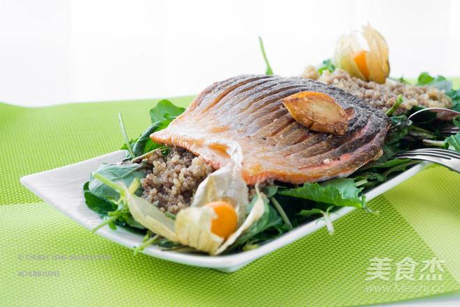 三文鱼藜麦沙拉成品图