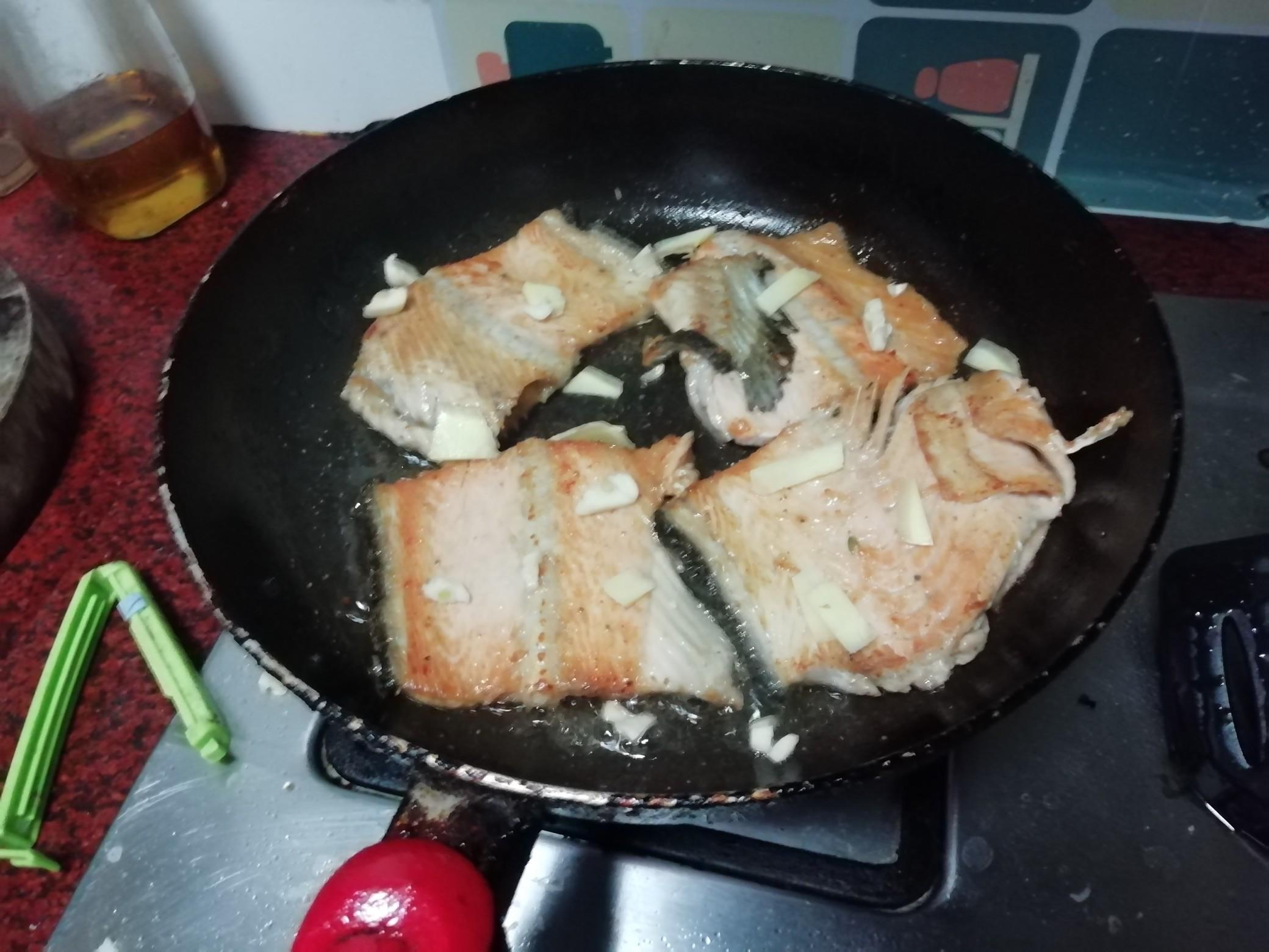 香煎三文鱼骨怎么吃