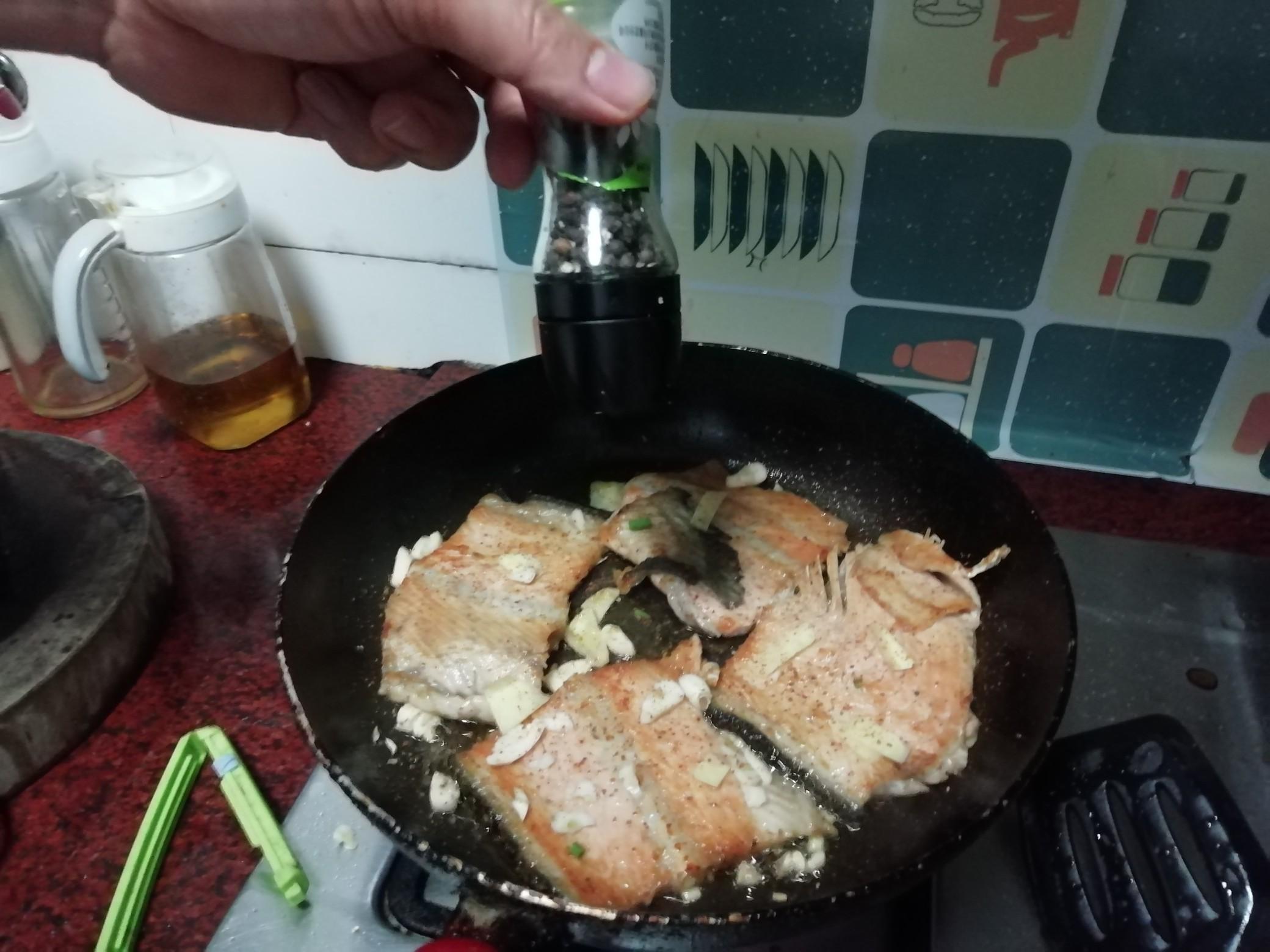 香煎三文鱼骨怎么做