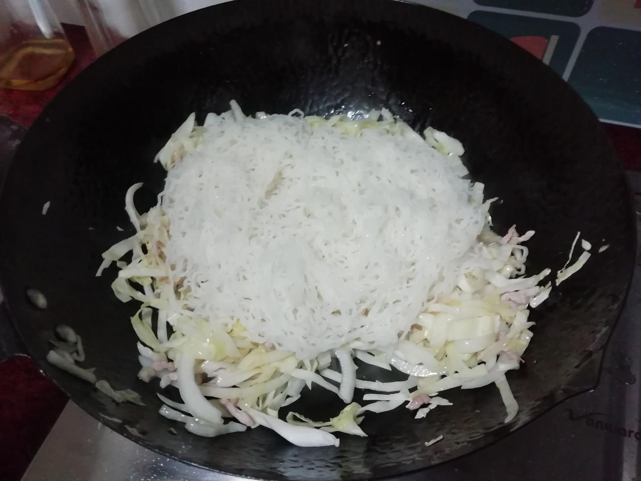 包菜炒米粉怎么炖