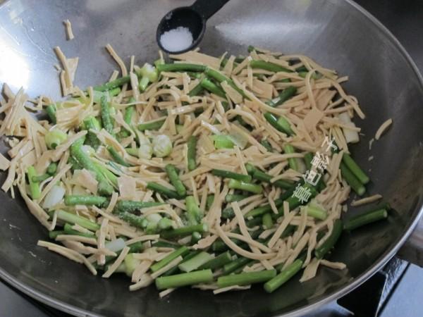蒜薹炒豆腐丝的简单做法