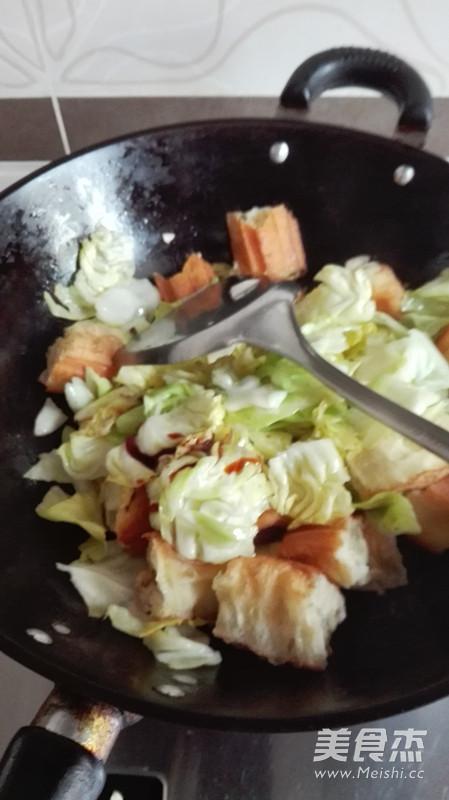 包菜炒油条怎么做