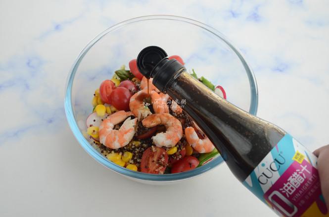 藜麦虾仁蔬菜沙拉的制作