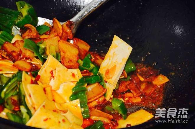 五花肉炒豆腐皮儿怎么做