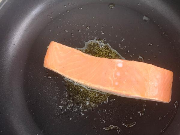 香煎三文鱼怎么吃