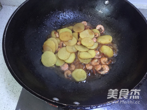土豆爱上基围虾怎么做