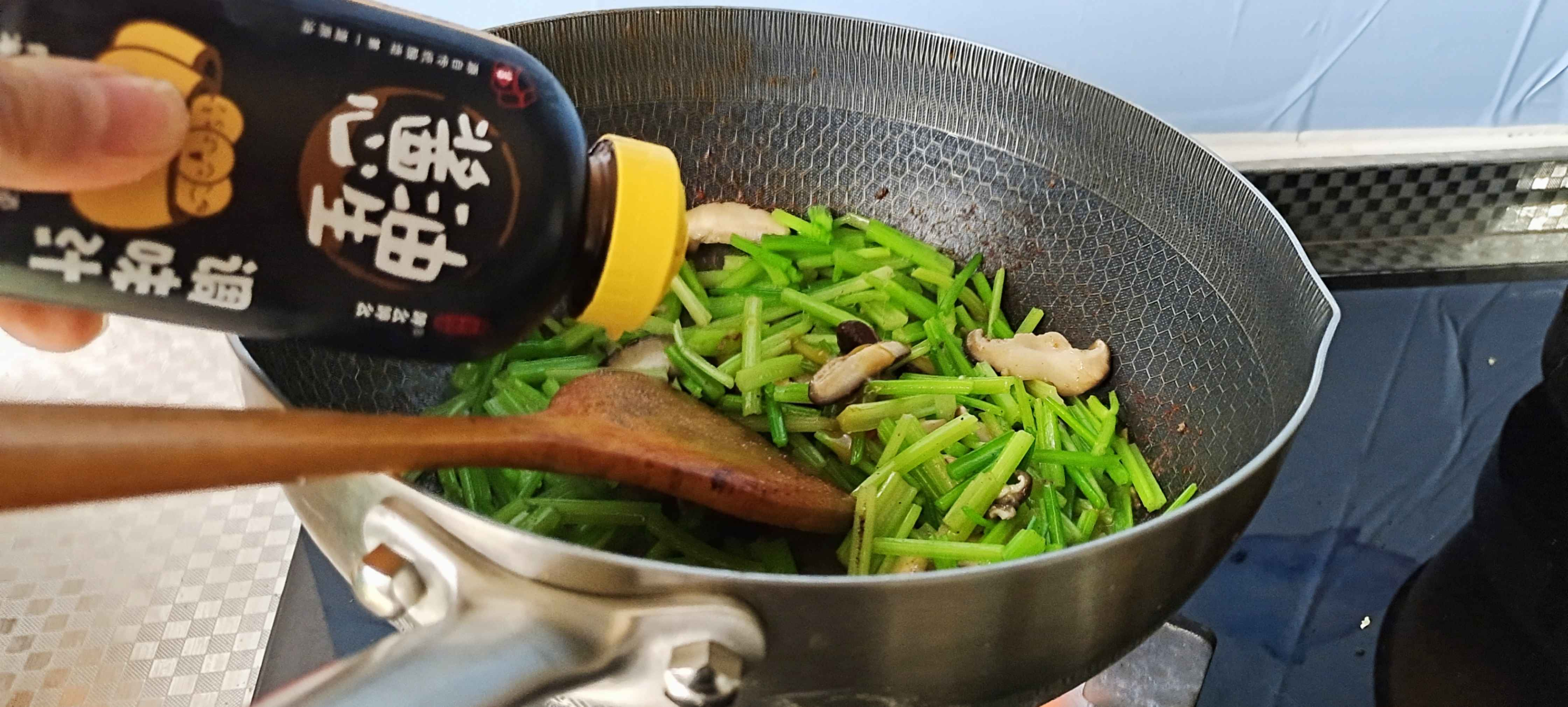 家常嫩滑牛肉丝这样做超下饭…芹菜炒牛肉丝怎么炒
