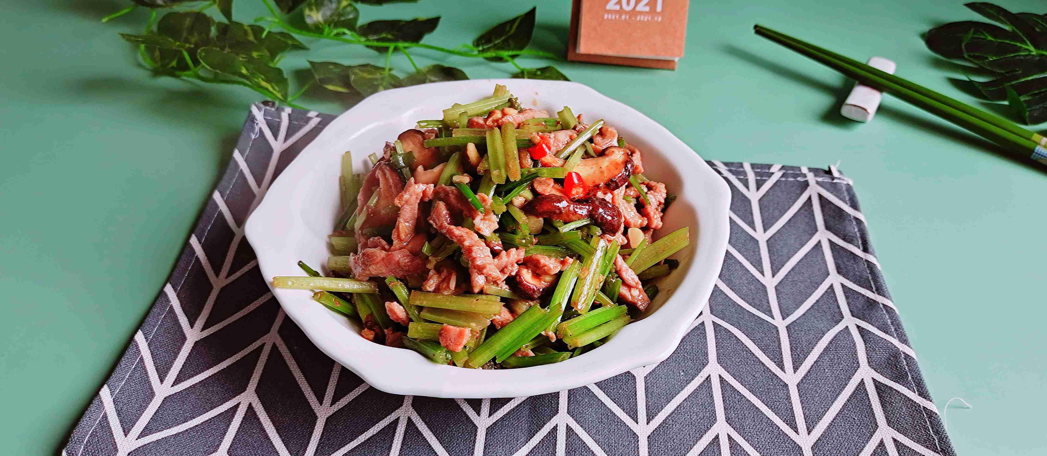 家常嫩滑牛肉丝这样做超下饭…芹菜炒牛肉丝成品图