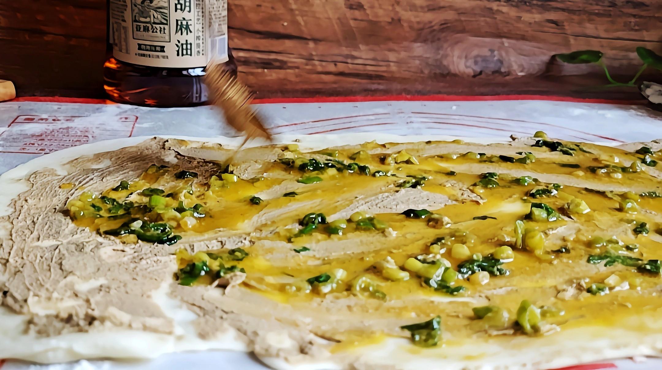 这样做花卷,简单又好吃…芝麻葱油花卷的步骤