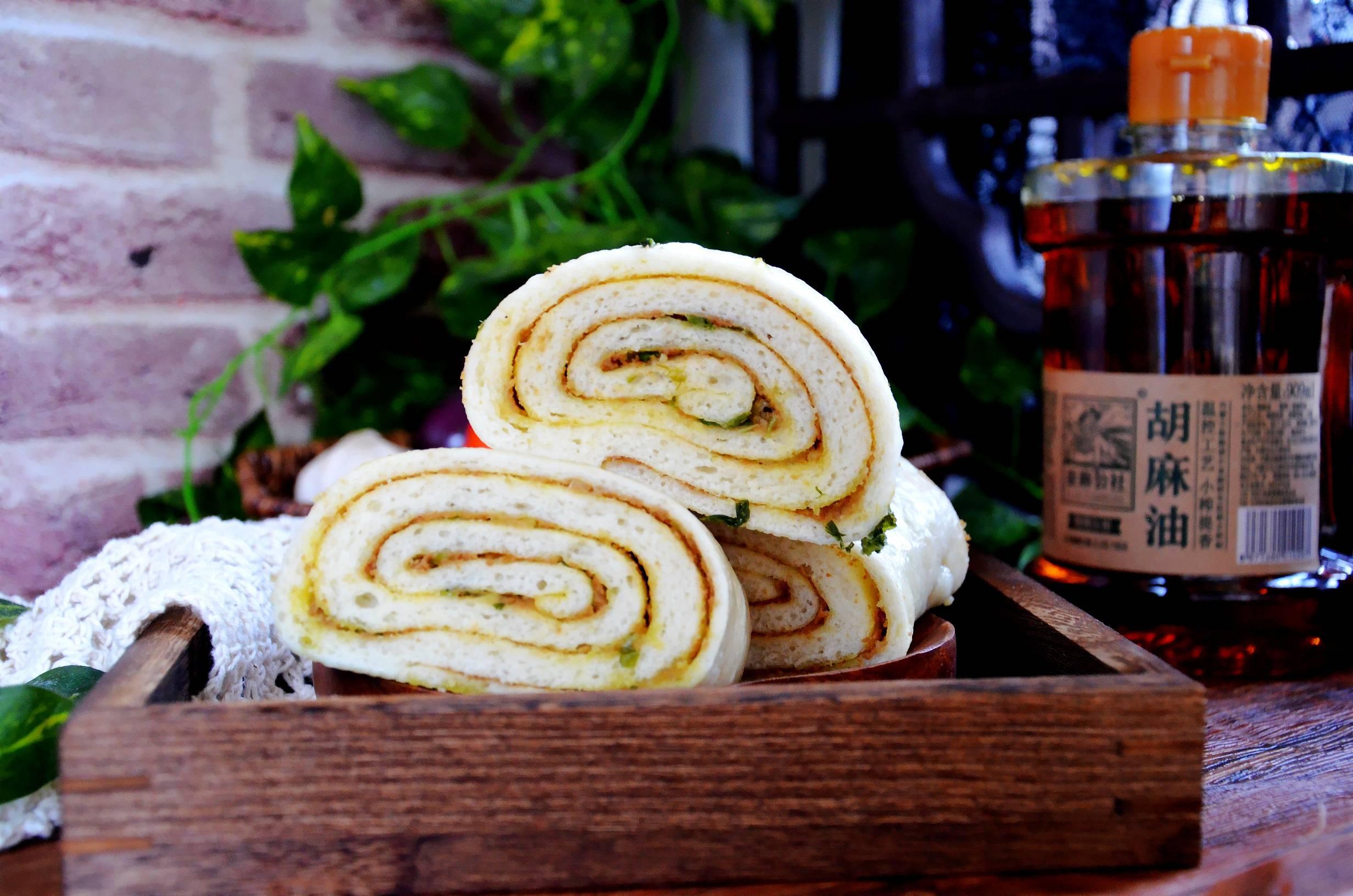 这样做花卷,简单又好吃…芝麻葱油花卷成品图
