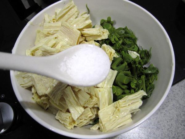香椿拌腐竹的简单做法