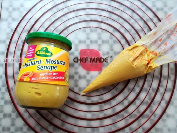 中辣芥末酱在蔬菜面饼上画出格子形状   煎好的蔬菜面饼装到盘子里   取一部分中辣芥末酱到裱花袋里