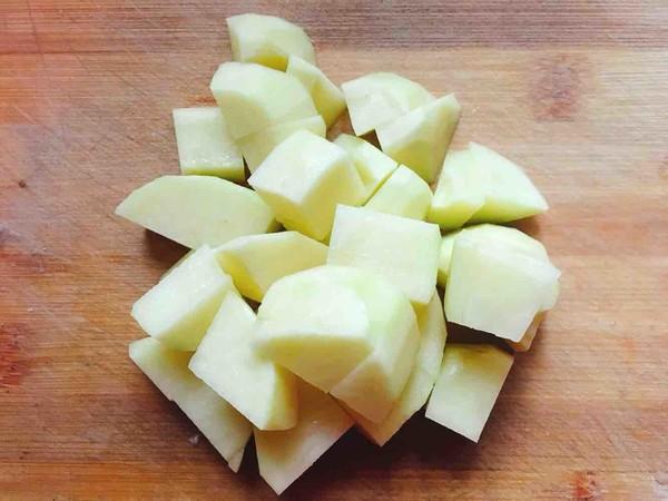 土豆焖鸡翅的家常做法